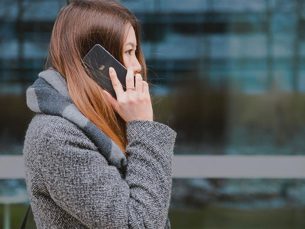 mevrouw gebruikt mobiel abonnement om te bellen