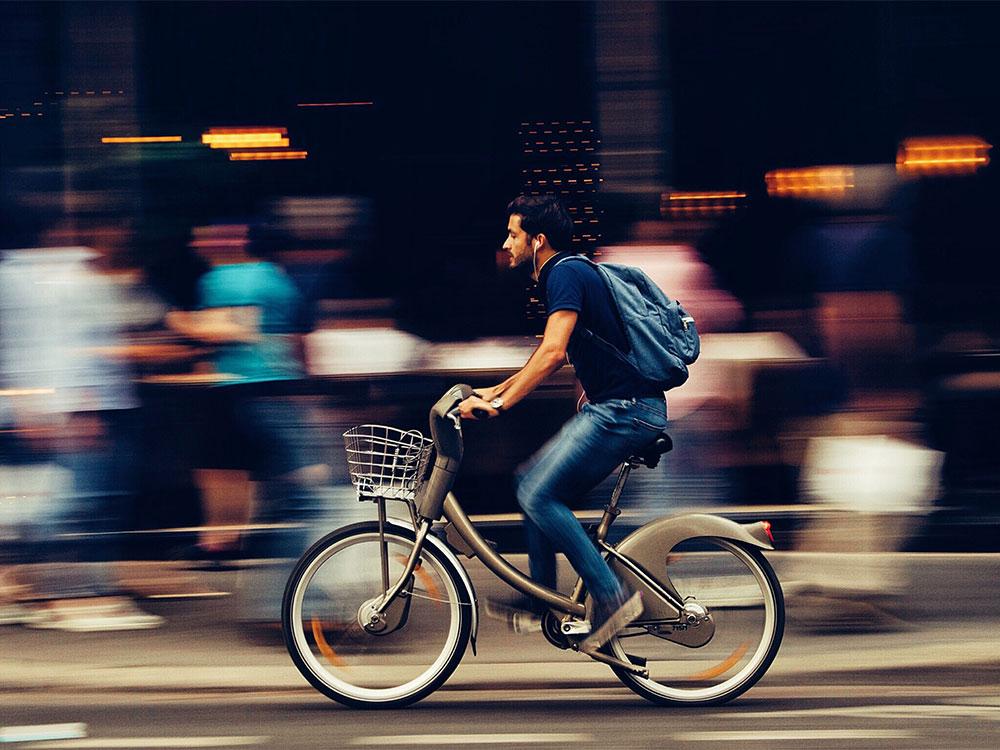 man fietst voor gezondheid