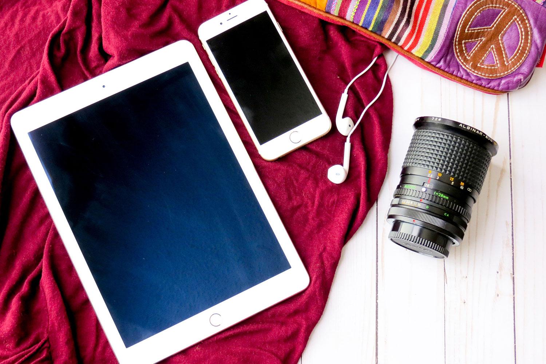 iPad en iPhone met cameralens op kleurrijke achtergrond