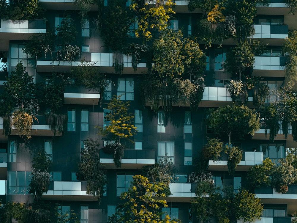 overig - gebouw met bomen op de balkons