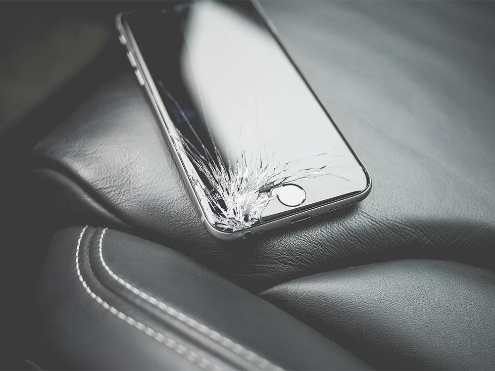 Telefoon met kapot scherm dat gerepareerd moet worden